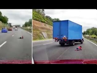 Φωτογραφία για Τύχη βουνό: Δίχρονο αγοράκι εκσφενδονίζεται από αμάξι  -Ευτυχώς δεν έπαθε τίποτα (video)