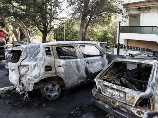 Φωτογραφία για Αντιεξουσιαστές ζητάνε από τους πολίτες να... συνεργαστούν και να μην παρκάρουν δίπλα σε πολυτελή οχήματα τα οποία καίνε