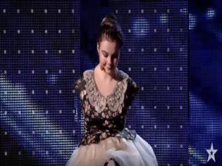 Φωτογραφία για Δείτε το! Έπαιξε πιάνο χωρίς χέρια -Υποκλίθηκαν στο ταλέντο της και έκλαψαν με λυγμούς!