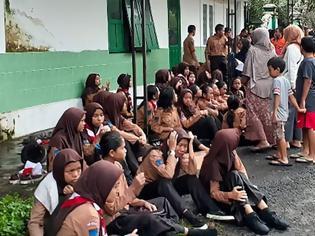 Φωτογραφία για Ινδονησία: Ποταμός παρέσυρε και σκότωσε έξι μαθητές που βρίσκονταν σε εκδρομή