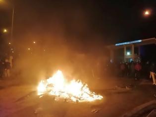 Φωτογραφία για BINTEO - 98 ΑΔΤΕ: «Ντροπή του Στρατηγού να δώσει τα μηχανήματα» φώναζαν πολίτες έξω από την πολιορκούμενη Μεραρχία – Συγκλονίζει ο στρατιωτικός ιερέας
