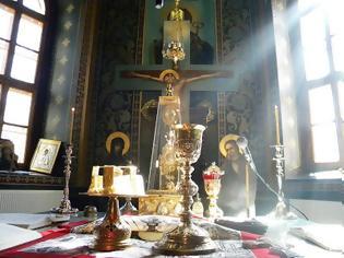 Φωτογραφία για Ο π. Βενέδικτος με την αγία λαβίδα μάζεψε την αιμόπτυση,που είχε και την Θεία Κοινωνία μέσα και την έφαγε