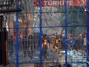 Φωτογραφία για Έβρος: Νέα νύχτα επεισοδίων - Με δακρυγόνα οπλισμένοι οι μετανάστες