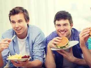Φωτογραφία για Έρευνα αποκαλύπτει πότε οι έφηβοι είναι πιο επιρρεπείς στο πρόχειρο φαγητό