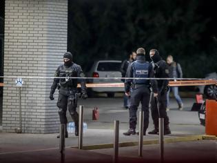 Φωτογραφία για Κηφισιά: Ο αστυνομικός «άδειασε» το όπλο του στην πρώην σύζυγό του και τη φίλη της