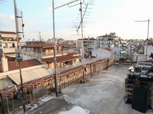 Φωτογραφία για Ταράτσα πάρτι εξ αποστάσεως στη Λάρισα -Γνωστός dj έπαιξε μουσική για τους γείτονες (video)