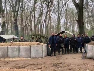 Φωτογραφία για Συγκίνηση: H διμοιρία Τρικάλων απαγγέλλει τον εθνικό ύμνο από τον Έβρο (video)