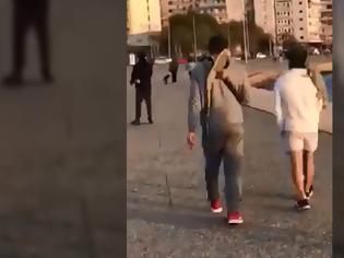 Φωτογραφία για Βγήκαν βόλτα στην παραλία με τα... ιγκουάνα τους (βίντεο)!