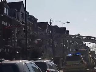 Φωτογραφία για Βρυξέλλες: Έβγαλαν κρούσμα με... γερανό για να μην μολύνει το κτίριο