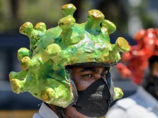 Φωτογραφία για Αστυνομικοί στην Ινδία ντύνονται σαν τον ιό και επιβάλλουν την τήρηση της καραντίνας