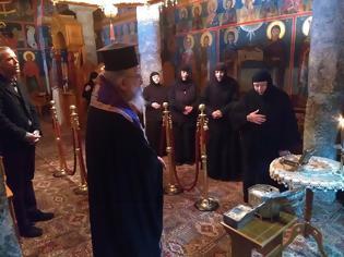 Φωτογραφία για Σπάνιο εκκλησιαστικό γεγονός στην Αιτωλοακαρνανία: περιοδεία του Μητροπολίτη με λείψανα Αγίων για τον κορονοϊό