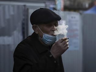 Φωτογραφία για Τι ισχύει για τους καπνιστές, ατμιστές και τον κοροναϊό; Ποια η πιθανότητα να είναι βαριά νοσούντες;