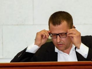 Φωτογραφία για Ουκρανία: Δήμαρχος σκάβει τάφους για να πείσει τους πολίτες να τηρήσουν τα μέτρα