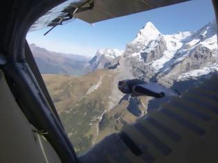 Φωτογραφία για Απίστευτο βίντεο: Πήδηξαν μέσα σε αεροπλάνο την ώρα που αυτό πετούσε
