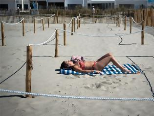 Φωτογραφία για Γαλλία - Παραλίες: Πώς έκανε ο κόσμος ηλιοθεραπεία εν μέσω πανδημίας
