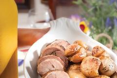 Αρνίσιο μπούτι με ανοιξιάτικες πατάτες
