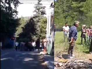 Φωτογραφία για Μαλακάσα - ώρα μηδέν: Οι κάτοικοι εγκαταλείπουν τα σπίτια τους και οι μετανάστες κάνουν μπάρμπεκιου