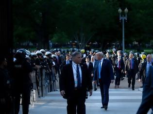 Φωτογραφία για Να πώς κυβερνά ο Τραμπ: Βόλτα σε αστυνομικό κλοιό και μέσα στον Λευκό Οίκο