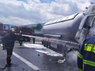 Φωτογραφία για Τραγωδία στην άσφαλτο: Νεκρός o οδηγός του βυτιοφόρου που πήρε φωτιά στην Πιερία