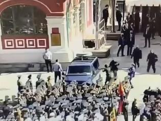 Φωτογραφία για Στρατιώτης προκάλεσε αναστάτωση σε παρέλαση παρουσία του Πούτιν