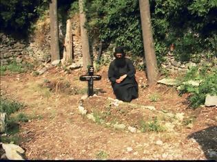 Φωτογραφία για Ὁ γερο-Μιχαήλ ὁ Καυσοκαλυβίτης, χαριτόβρυτος γέροντας, στόν τάφο τοῦ ὁποίου ζήτησε καί τάφηκε ὁ ἅγιος Πορφύριος