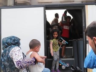 Φωτογραφία για Μεταφέρουν πρόσφυγες και μετανάστες από την πλατεία Βικτωρίας