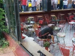 Φωτογραφία για Βίντεο ντοκουμέντο: Καρέ καρέ η δολοφονία του Κούρδου σε καφετέρια στο Περιστέρι
