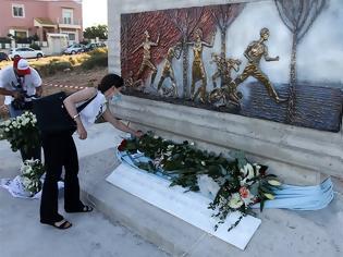 Φωτογραφία για Δάκρυα για το Μάτι: Μνημείο για τα 102 θύματα της φονικής πυρκαγιάς - Επιμνημόσυνη δέηση στο Λιμανάκι