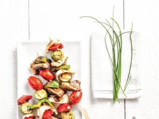 Φωτογραφία για Σουβλάκια λαχανικών και ντιπ γιαουρτιού με σχοινόπρασο