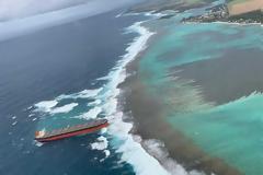 Φορτηγό πλοίο 300 μέτρων κόλλησε σε ύφαλο
