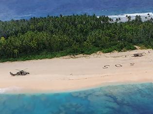 Φωτογραφία για 3 ναυαγοί σε νησί του Ειρηνικού σώθηκαν από το... SOS στην άμμο!