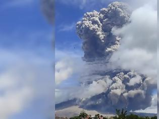 Φωτογραφία για Εντυπωσιακές εικόνες από την Ινδονησία: Εξερράγη το ηφαίστειο του Σιναμπούνγκ