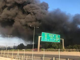 Φωτογραφία για Μεγάλη φωτιά σε εργοστάσιο στη Μεταμόρφωση Αττικής - Κλειστή η εθνική Αθηνών - Λαμίας