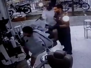 Φωτογραφία για Εκτελεστής δολοφονεί το θύμα του μέσα σε κουρείο