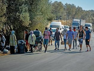 Φωτογραφία για Λέσβος: Στους δρόμους οι μετανάστες - Μπλόκα από κατοίκους