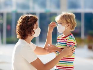 Φωτογραφία για Πώς να μάθεις στο παιδί να φοράει σωστά την μάσκα χωρίς όλη την ώρα να την βγάζει;