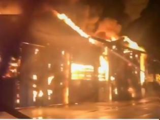 Φωτογραφία για Φωτιά στο λιμάνι της Ανκόνα: Κλειστά τα σχολεία και τα πάρκα της πόλης
