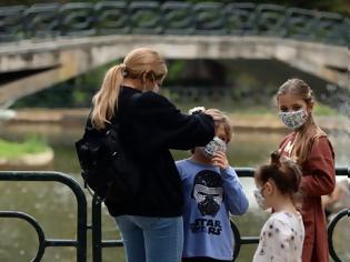 Φωτογραφία για Οι ενήλικοι ασυμπτωματικοί φορείς μεταδίδουν τον ιό δέκα φορές περισσότερο