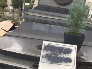 Φωτογραφία για Σκόπια: Βανδαλίστηκαν πινακίδες για την ελληνικότητα μορφών της αρχαιότητας