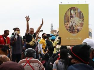 Φωτογραφία για Ταϊλάνδη: Αντικυβερνητικοί διαδηλωτές επιτέθηκαν στην αυτοκινητοπομπή του βασιλιά