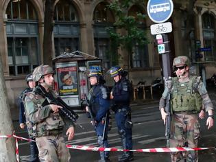 Φωτογραφία για Τρομοκρατική επίθεση στο Παρίσι: Ένοπλος αποκεφάλισε άντρα φωνάζοντας «Αλλάχου Ακμπάρ»