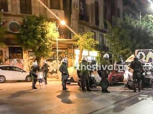 Φωτογραφία για Επίθεση με μολότοφ σε ΜΑΤ έξω από κατάληψη