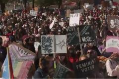 ΗΠΑ: Χιλιάδες γυναίκες διαδηλώνουν κατά του διορισμού της Έιμι Κόνεϊ Μπάρετ