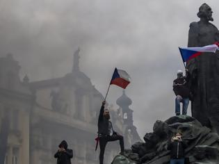 Φωτογραφία για Τσεχία: Δακρυγόνα και νερό υπό πίεση σε διαδήλωση κατά των μέτρων για τον κορωνοϊό