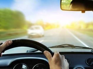 Φωτογραφία για Η Βρετανία απαγορεύει εντελώς τη χρήση κινητού στην οδήγηση, κλείνοντας νομικό κενό