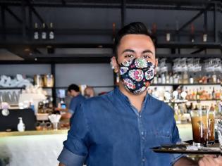 Φωτογραφία για Υποχρεωτική χρήση μάσκας: Πώς θα την φοράμε σε καφέ, μπαρ και εστιατόρια