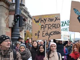 Φωτογραφία για Ουγγαρία: Χιλιάδες φοιτητές στους δρόμους κατά του Ορμπάν - «Ελεύθερη χώρα, ελεύθερο Πανεπιστήμιο»