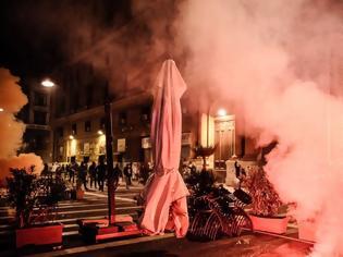 Φωτογραφία για Ιταλία: Επεισόδια από διαδηλωτές στη Νάπολη για την απαγόρευση κυκλοφορίας