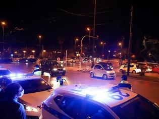 Φωτογραφία για Αστυνομικοί έκαναν «πλάτες» σε μπαρ του Πειραιά που παραβίαζε τα μέτρα