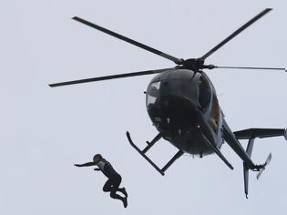 Φωτογραφία για Βρετανία: Έπεσε από ελικόπτερο σε ύψος 40 μέτρων χωρίς αλεξίπτωτο!